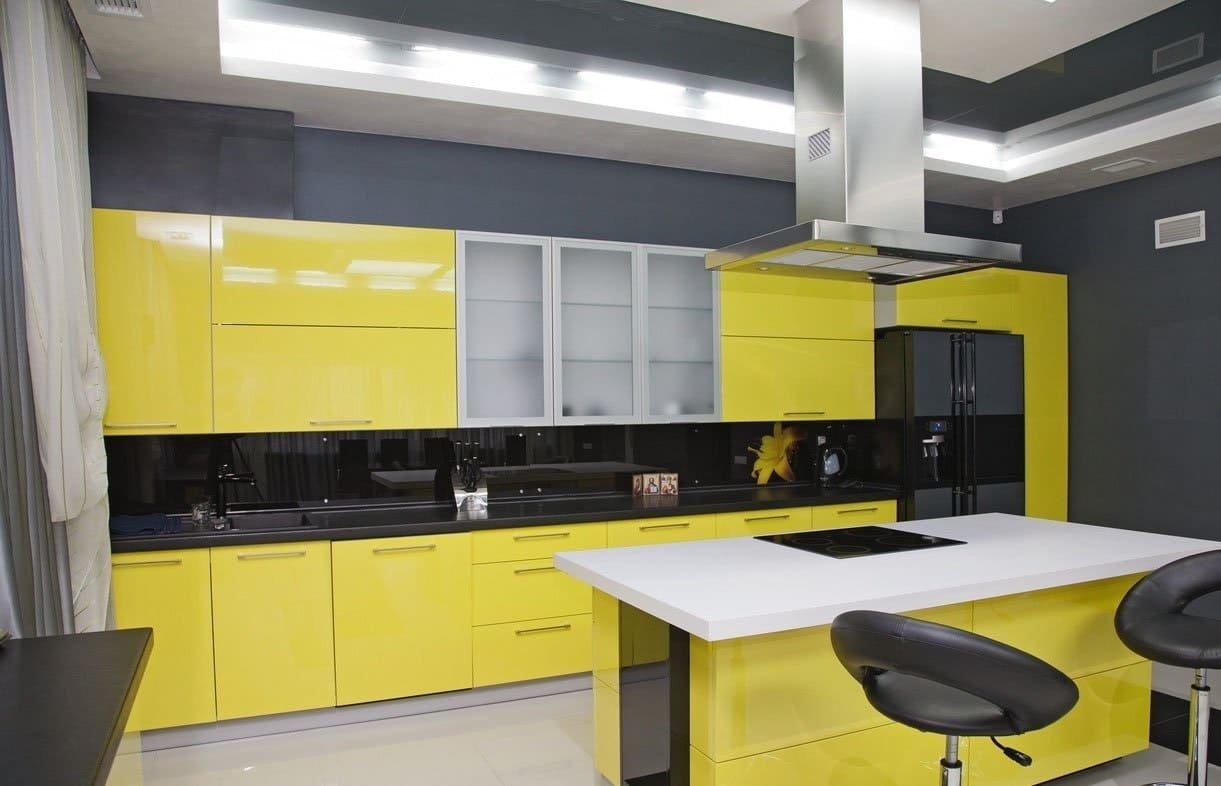 Интерьер кухни в желто-черных тонах