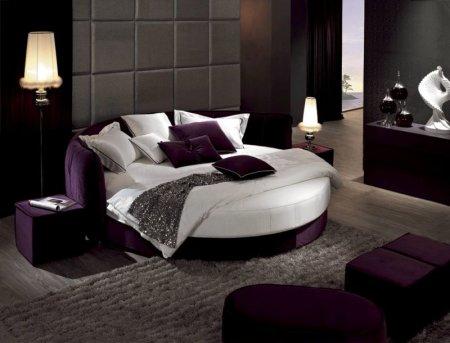 Круглая кровать в спальне