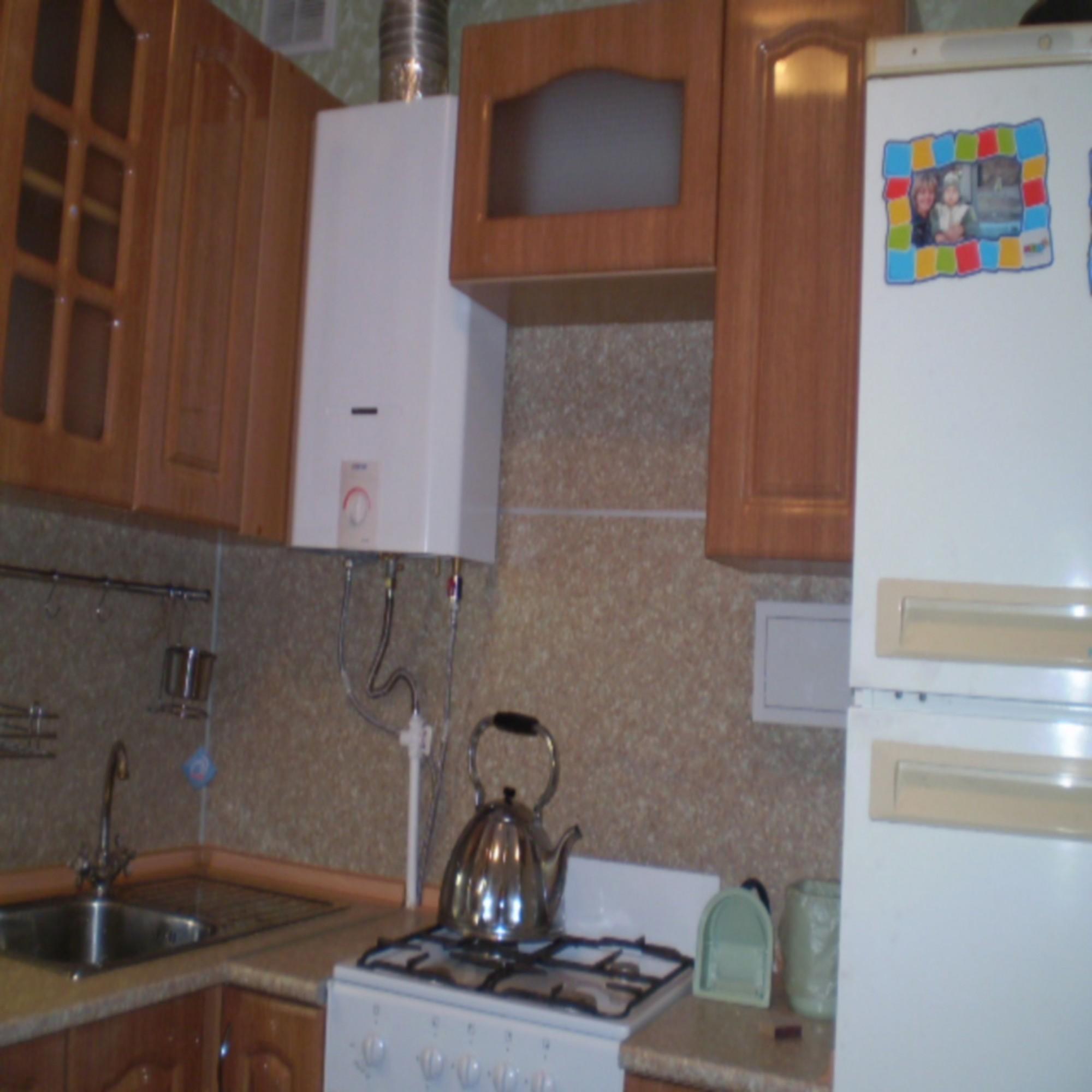 интерьер кухни в хрущевке с газовой колонкой современный дизайн