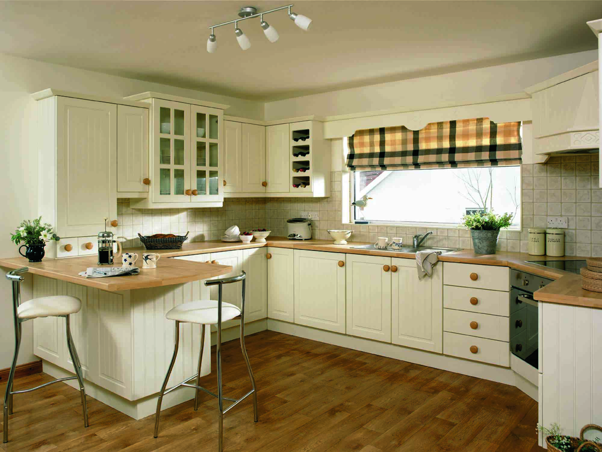 Дизайн кухни в частном доме с окном