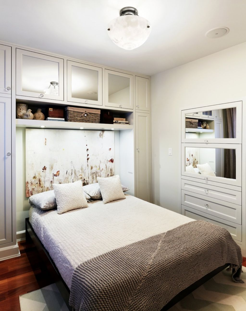 Кровать в нише из шкафов дизайн