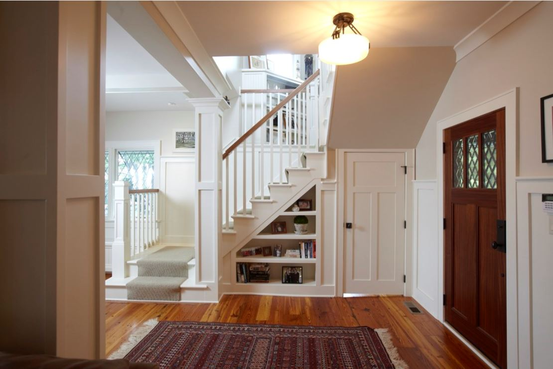 Гардероб под лестницей в частном доме