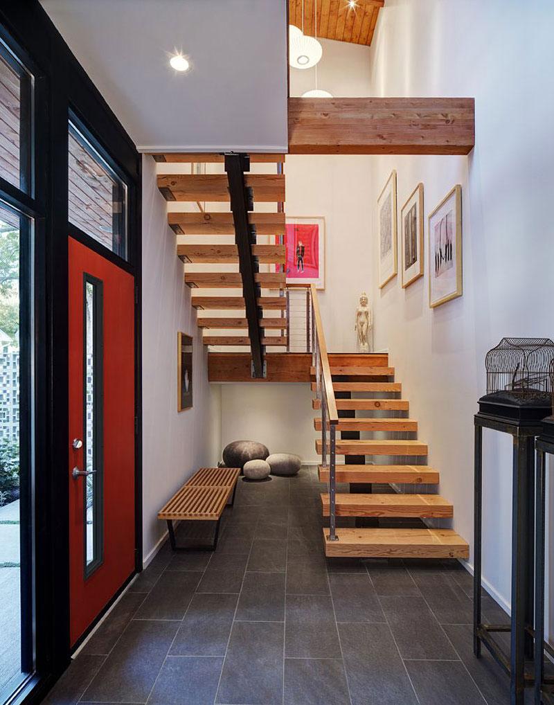 Идеи для прихожей в доме с лестницей