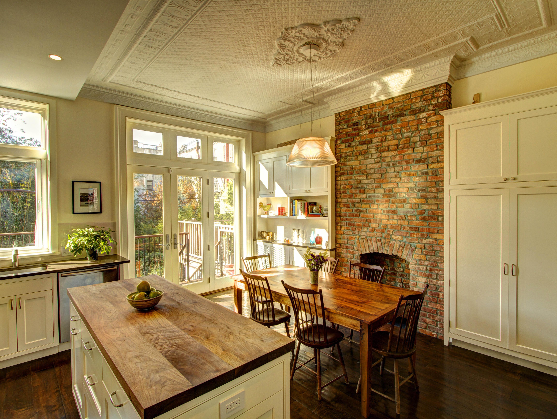 Кухня в кирпичном доме дизайн