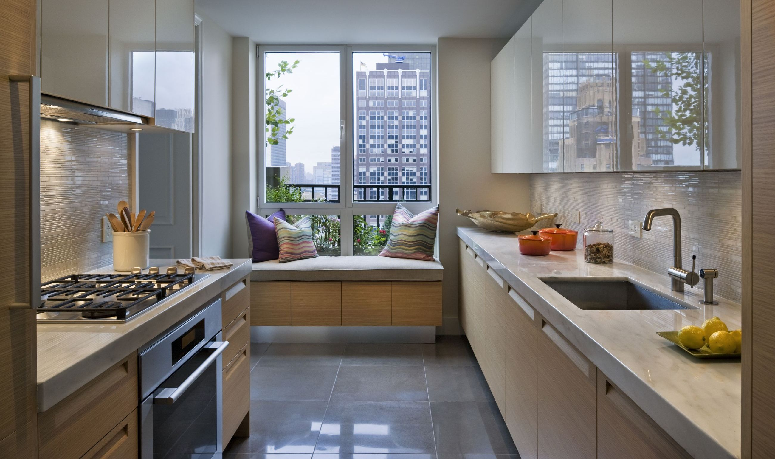 Прямоугольная кухня с балконом дизайн