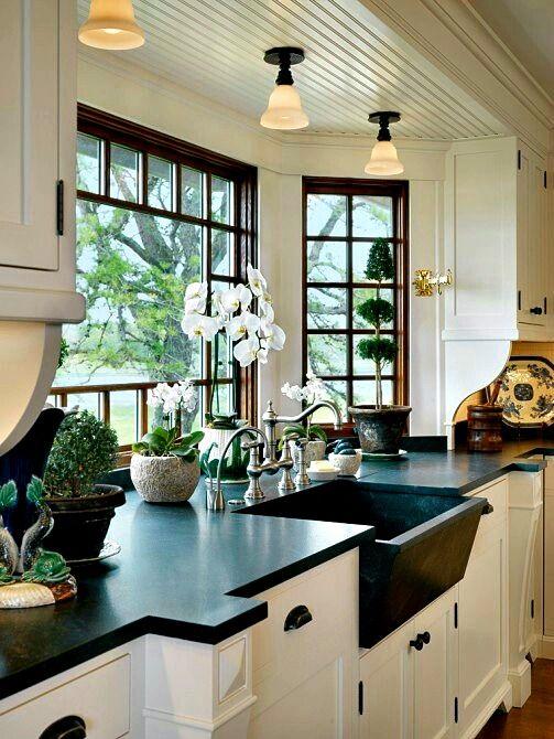 Дизайн кухни с окном на даче
