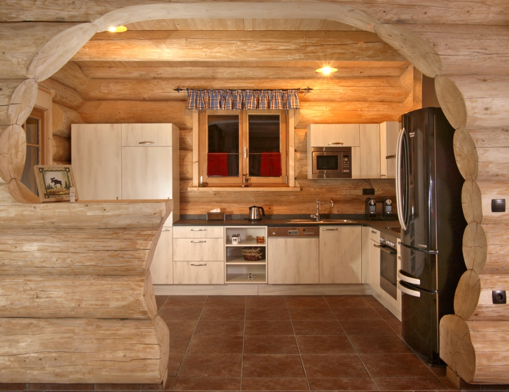 Дизайн кухни в доме из оцилиндрованного бревна