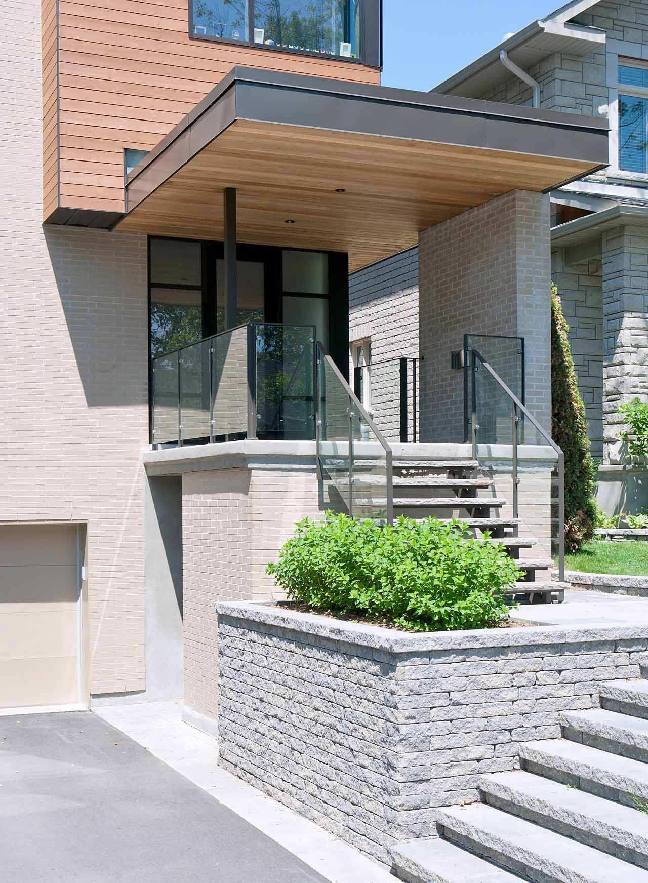 Дизайн высокого крыльца в частном доме фото