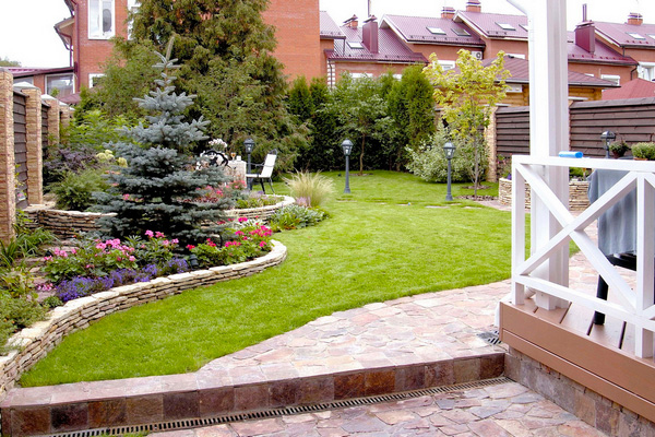Как обустроить маленький двор частного дома фото