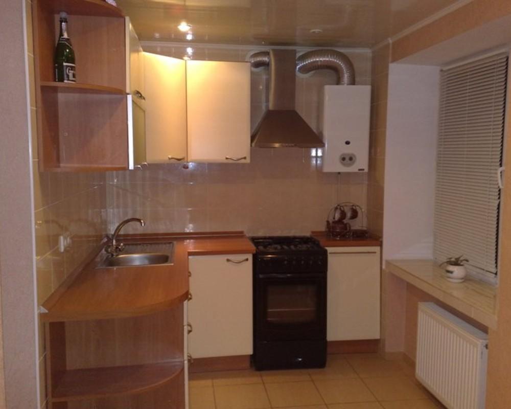 Кухня хрущёвка дизайн фото с колонкой и холодильником фото