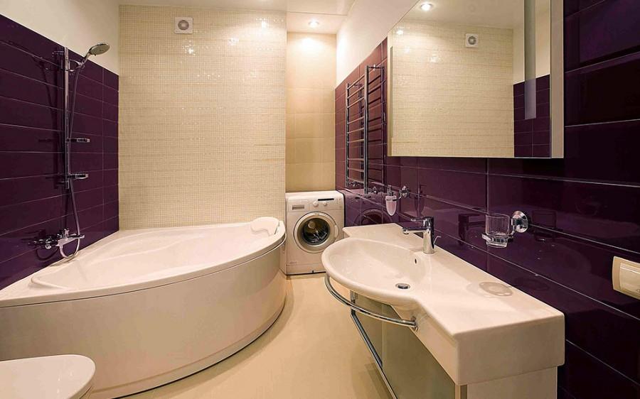 Интерьер ванной комнаты с угловой ванной и душевой кабиной фото