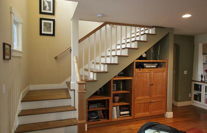 Дизайн небольшой лестницы на второй этаж в частном доме