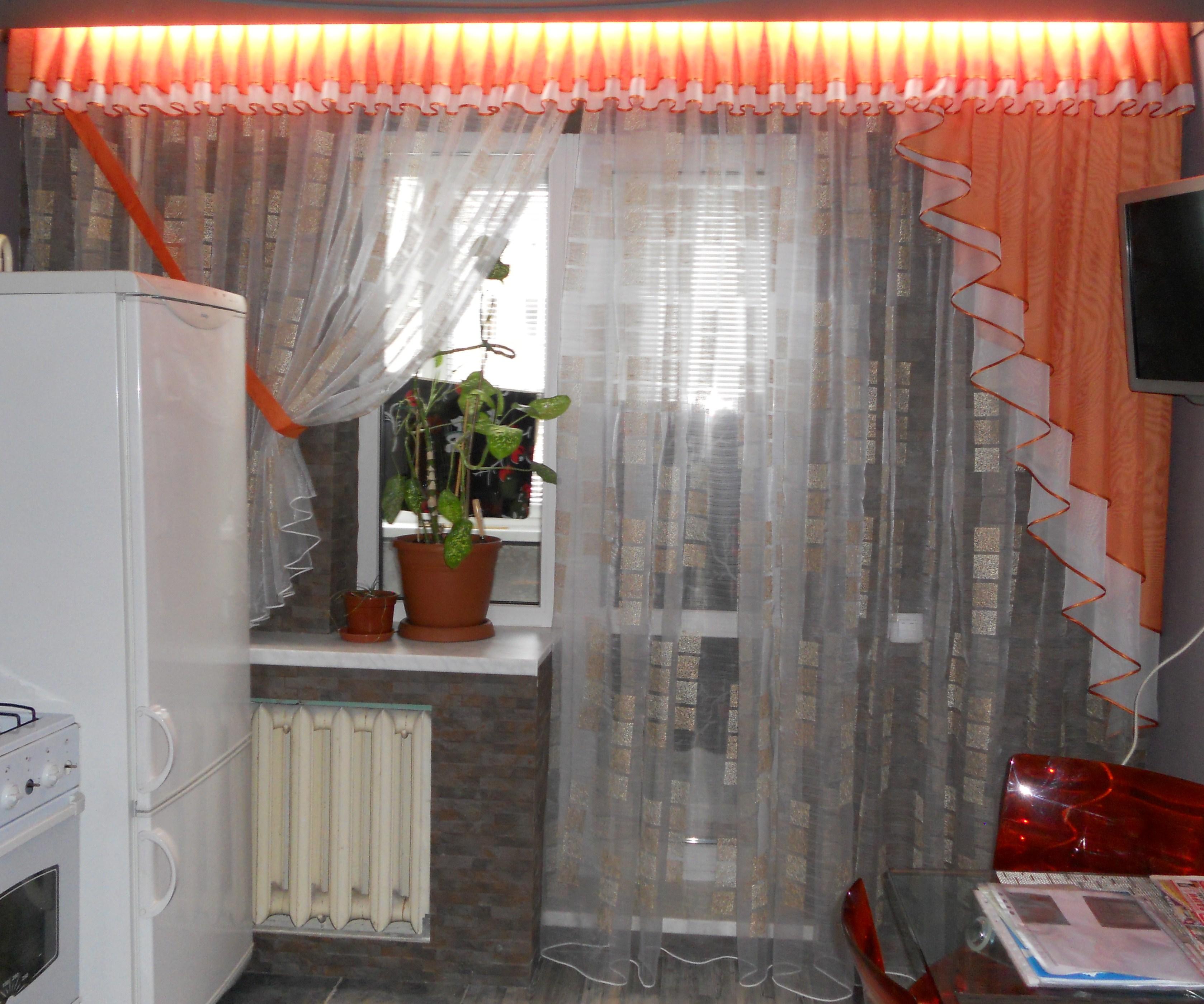 """Дизайн штор на кухню с балконной дверью фото """" современный д."""