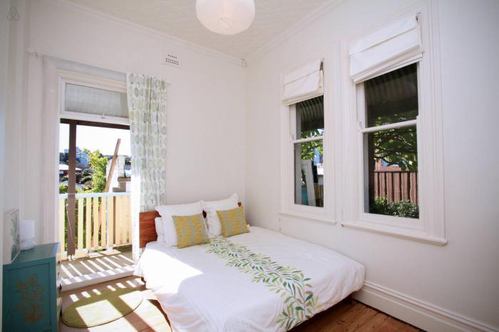 """Интерьер маленькой спальни с лоджией """" современный дизайн."""