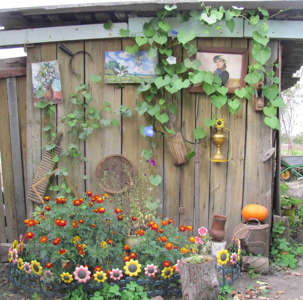 Украшение стены в саду фото