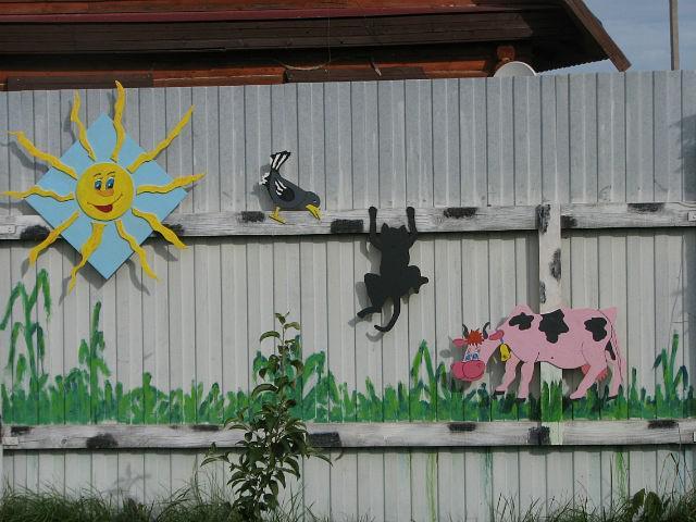 Украсить забор на даче своими руками фото