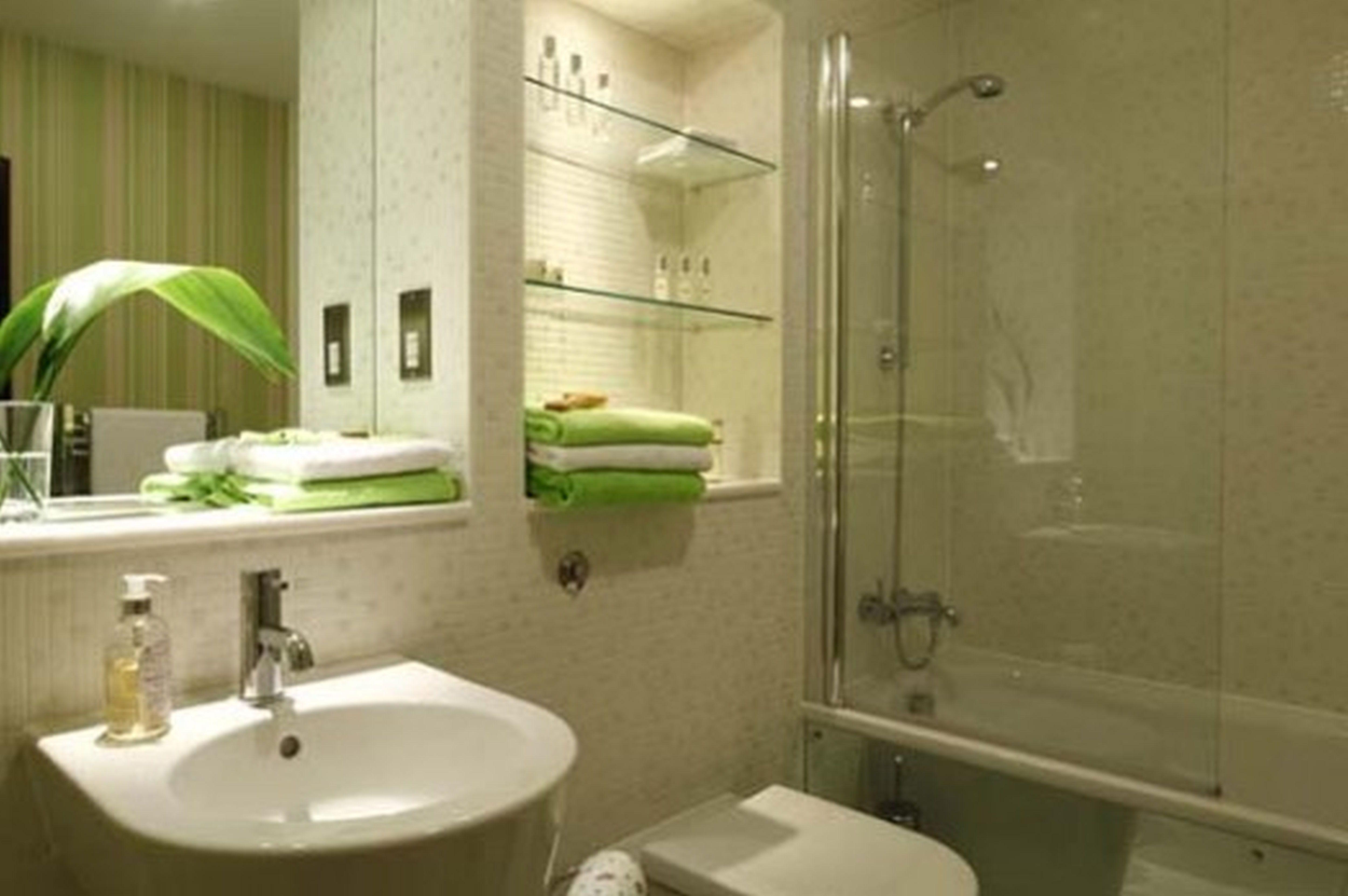 Дизайн маленькой совмещенной ванной комнаты с ванной и