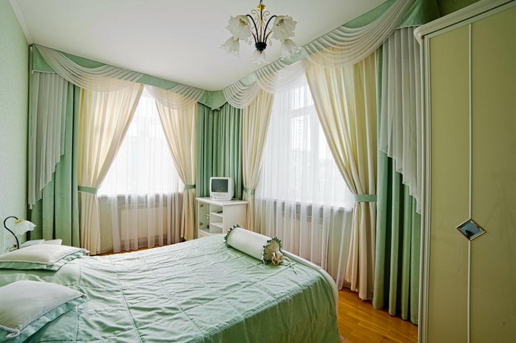 Спальня интерьер фото с двумя окнами