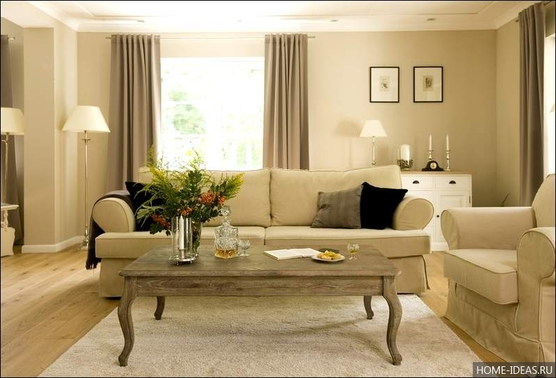 Интерьер зала с бежевым диваном