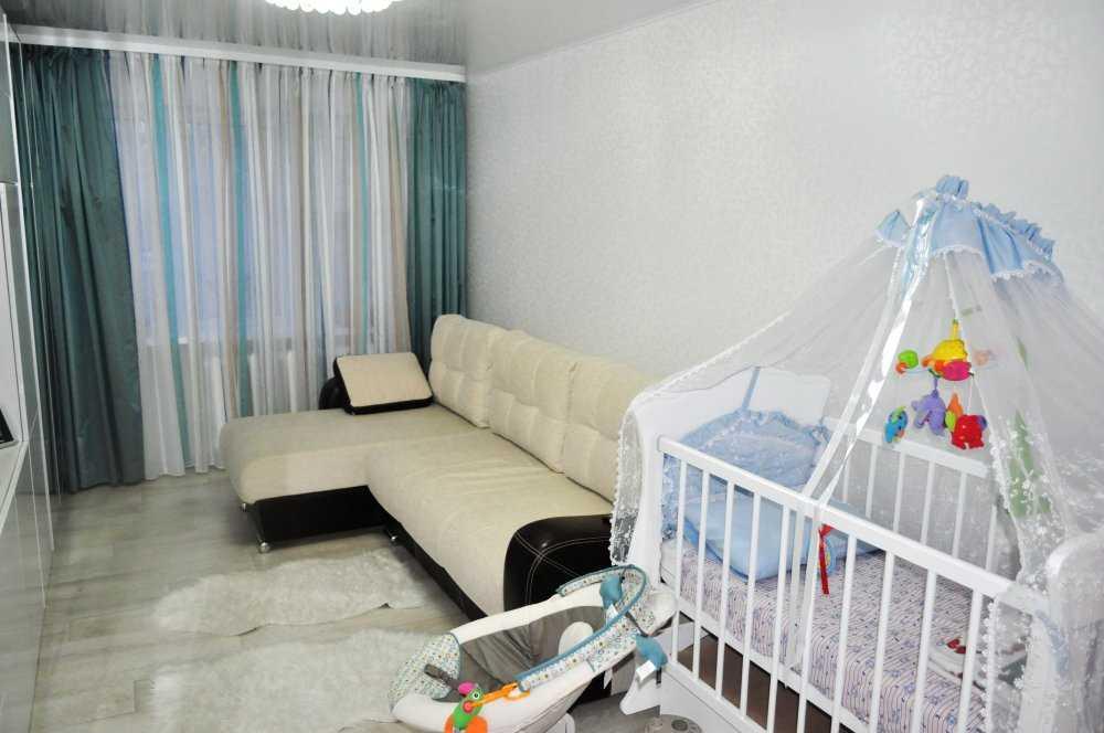 Интерьер гостиной с детской кроваткой фото