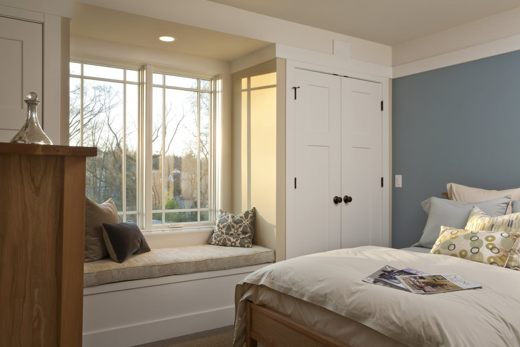 """Дизайн маленькой спальни с двумя окнами """" современный дизайн."""