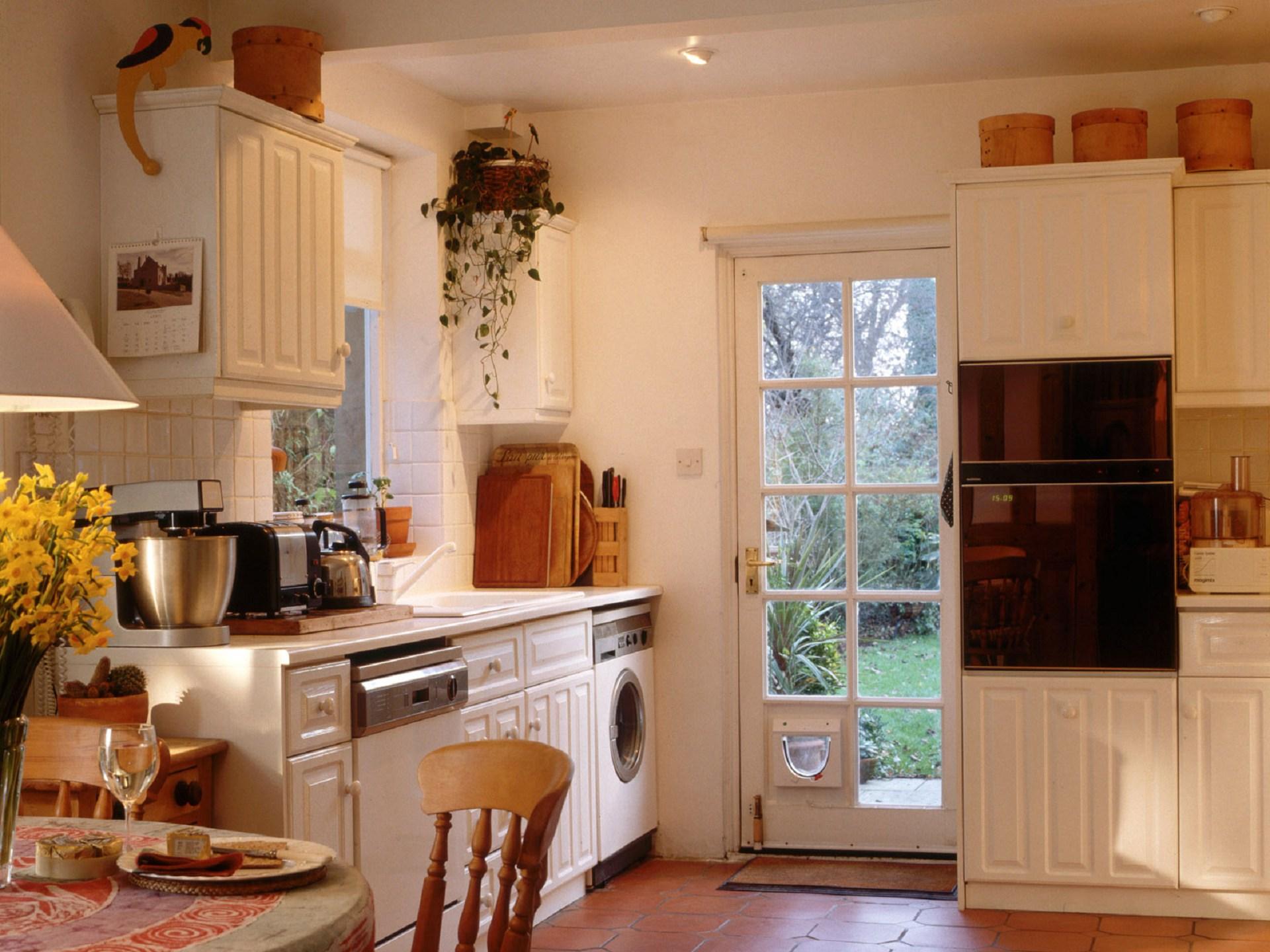 Обои для кухни маленькой в интерьере фото комбинированные