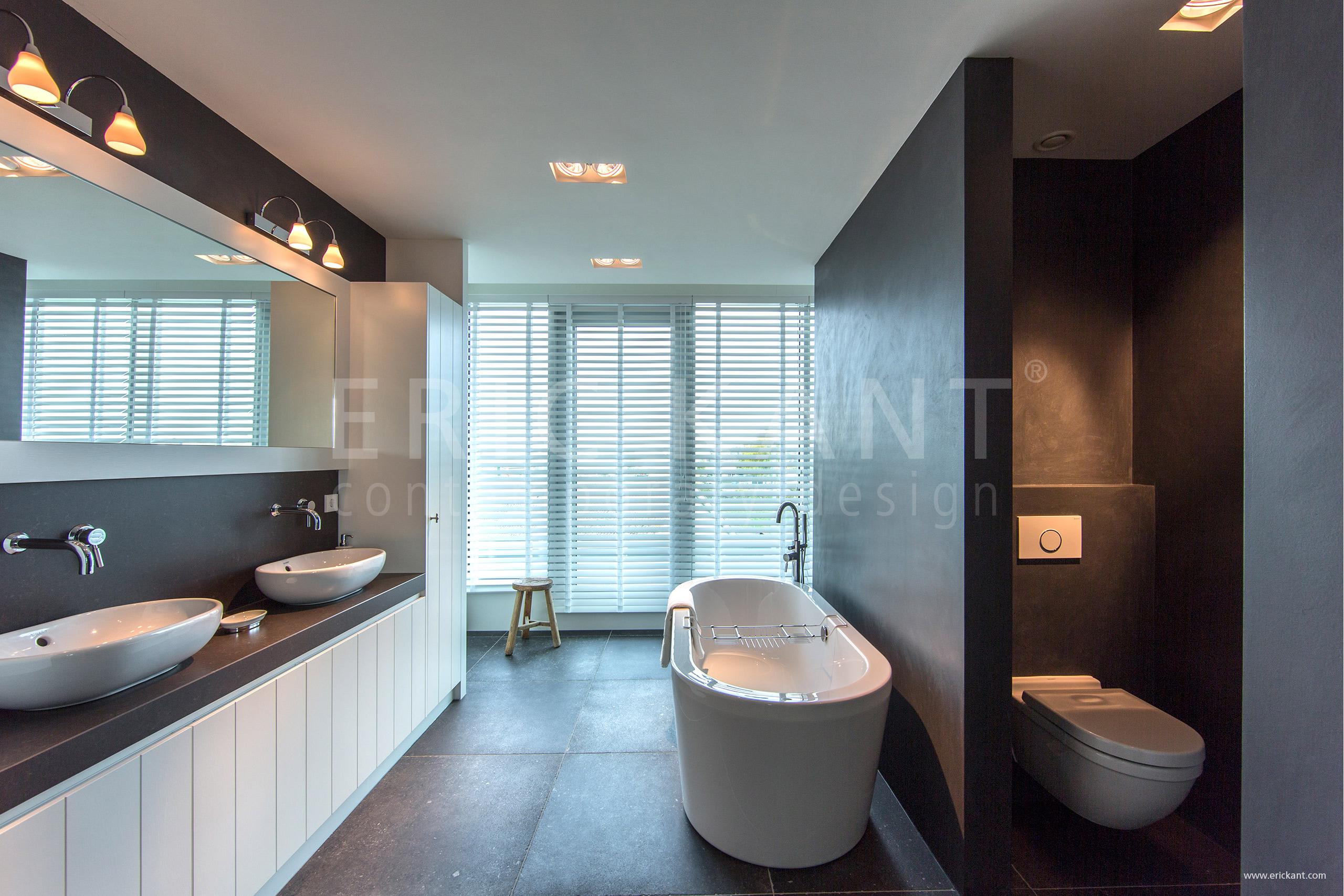 Ванная комната и туалет с окном дизайн