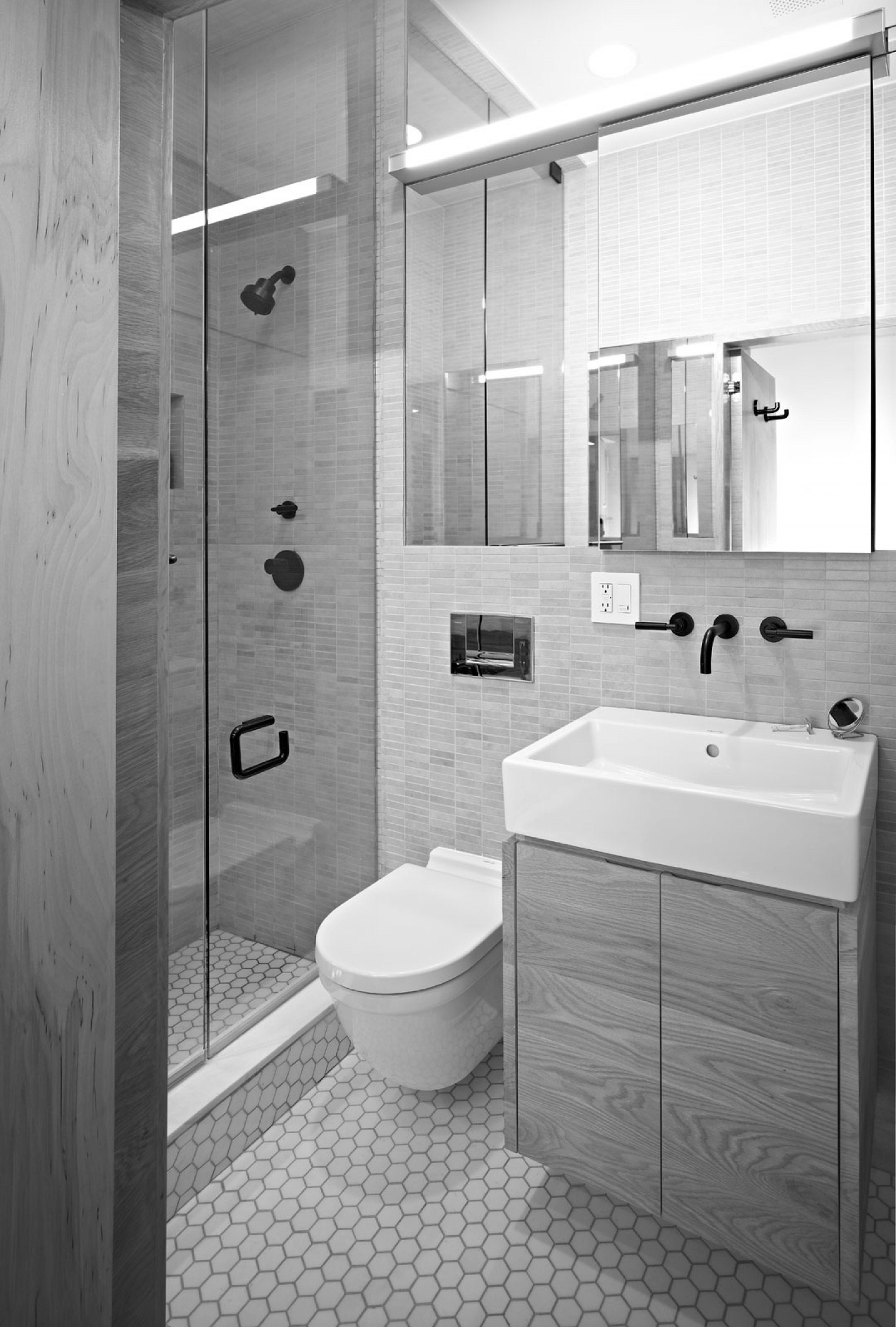 Дизайн небольшой ванной комнаты с душевой кабиной