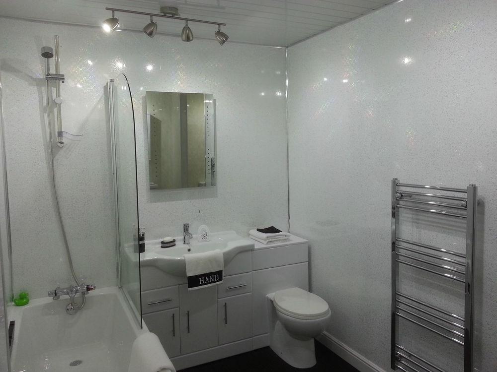 оформления маленькие ванные комнаты обделанные белыми пластикавыми панелями ценные строения