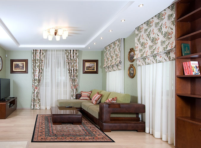 Дизайн зала в доме с 3 окнами