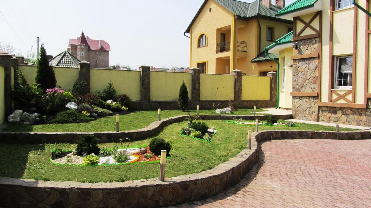 Дизайн двора частного дома 10 на 10