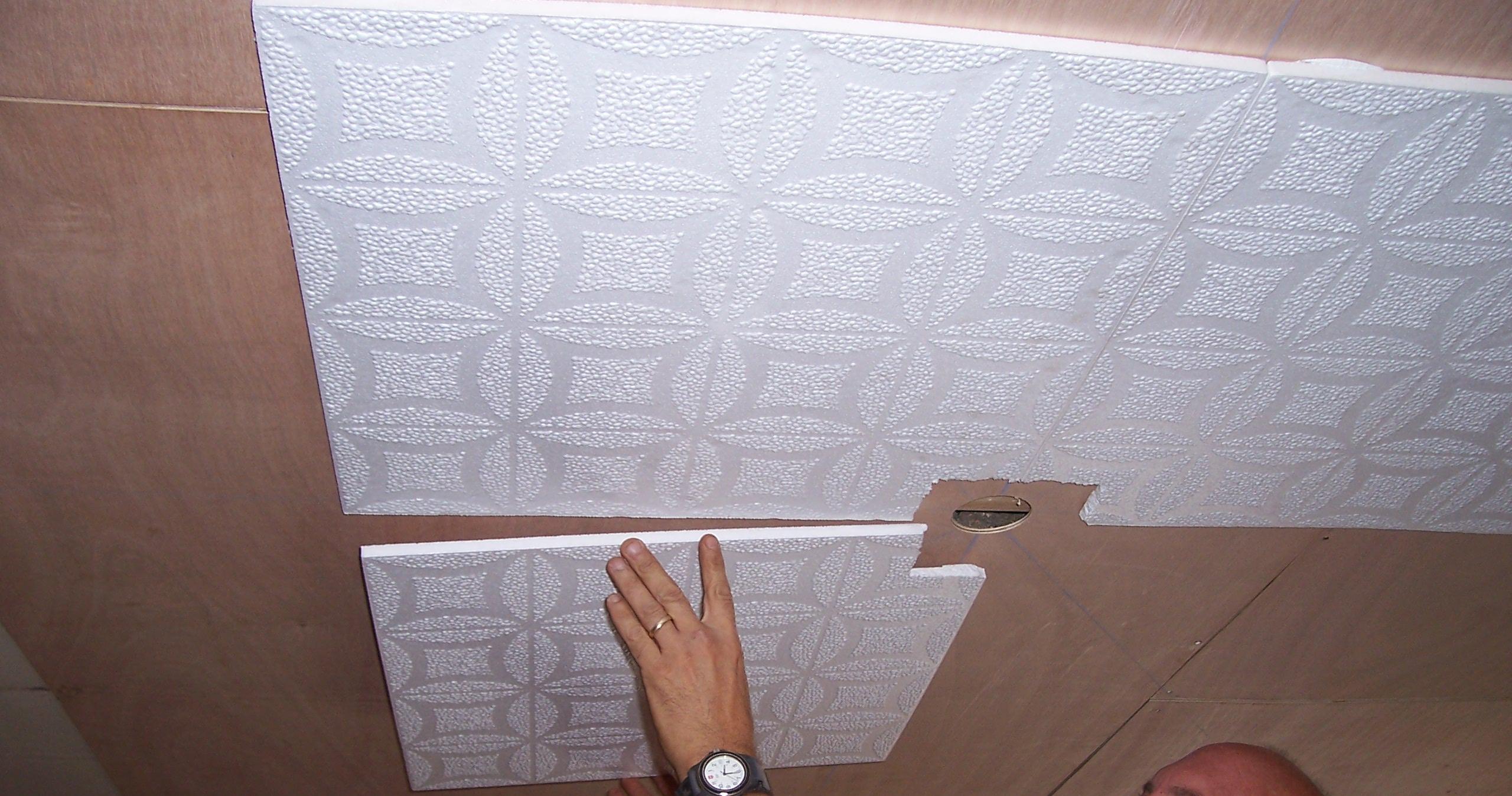 Как клеить плитки на потолок