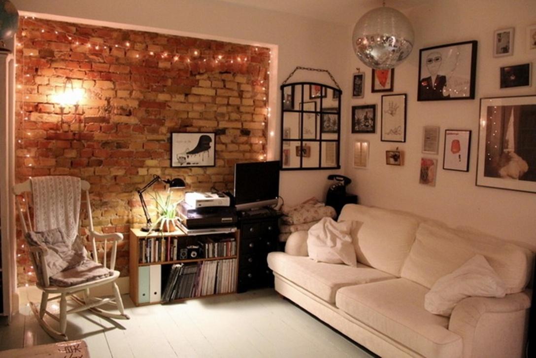 Интерьер с кирпичной стеной в сочетании с обоями фото